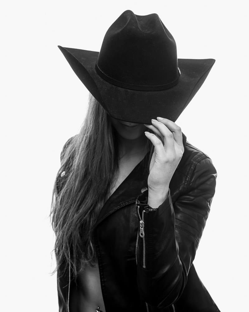 Frau mit Cowboyhut im Fotostudio