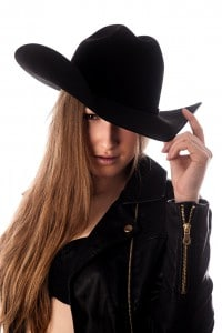 Portrait einer Frau mit Cowboyhut im Fotostudio