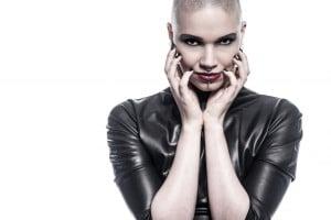 Frau mit Glatze in latex im Fotostudio