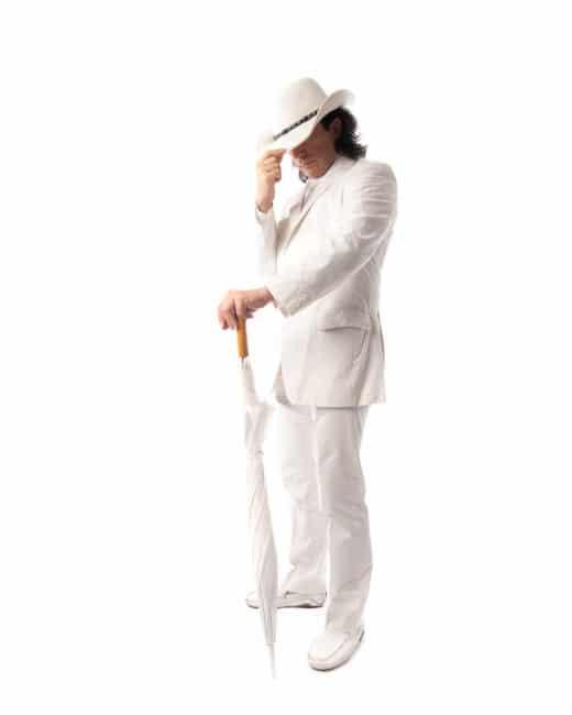 Mann im weißen Anzug im Fotostudio