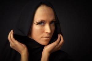 Frau mit Gold geschminkt