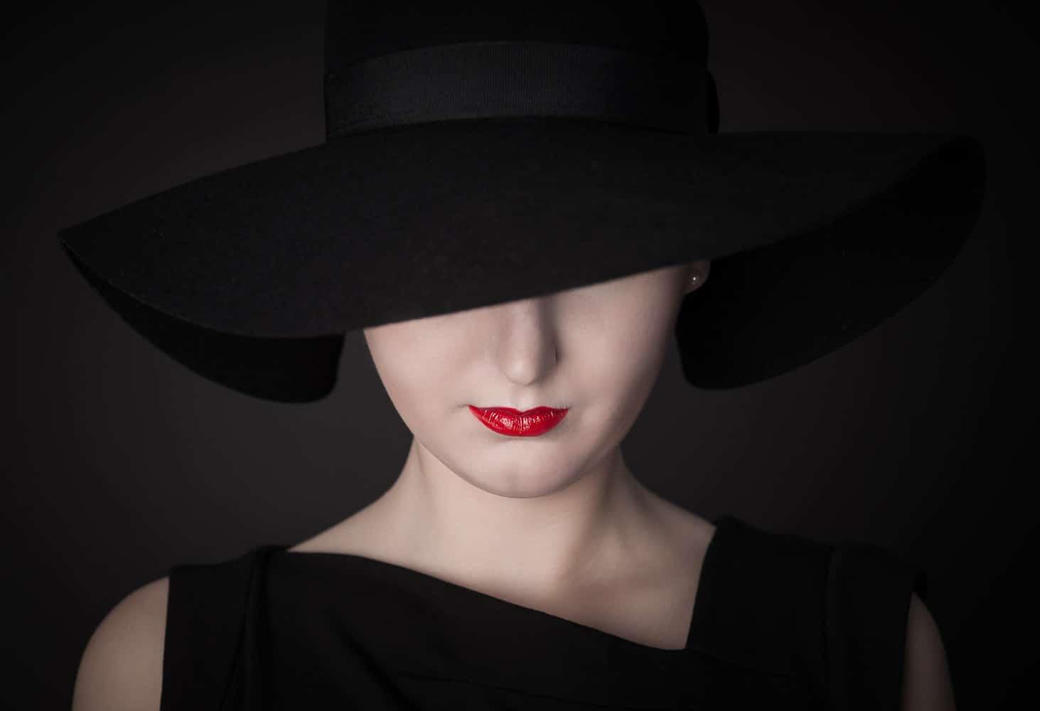 Frau mit Hut Fashion im Fotostudio