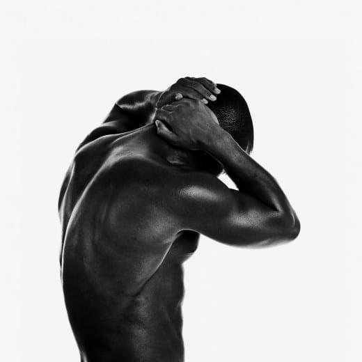 dunkelhäutiger Mann vor weißem Hintergrund im Fotostudio