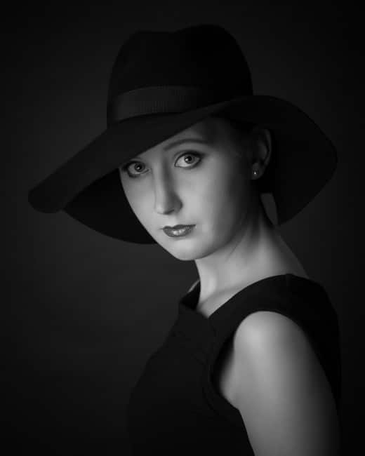 Portrait einer Frau mit Hut in schwarz-weiß im Fotostudio