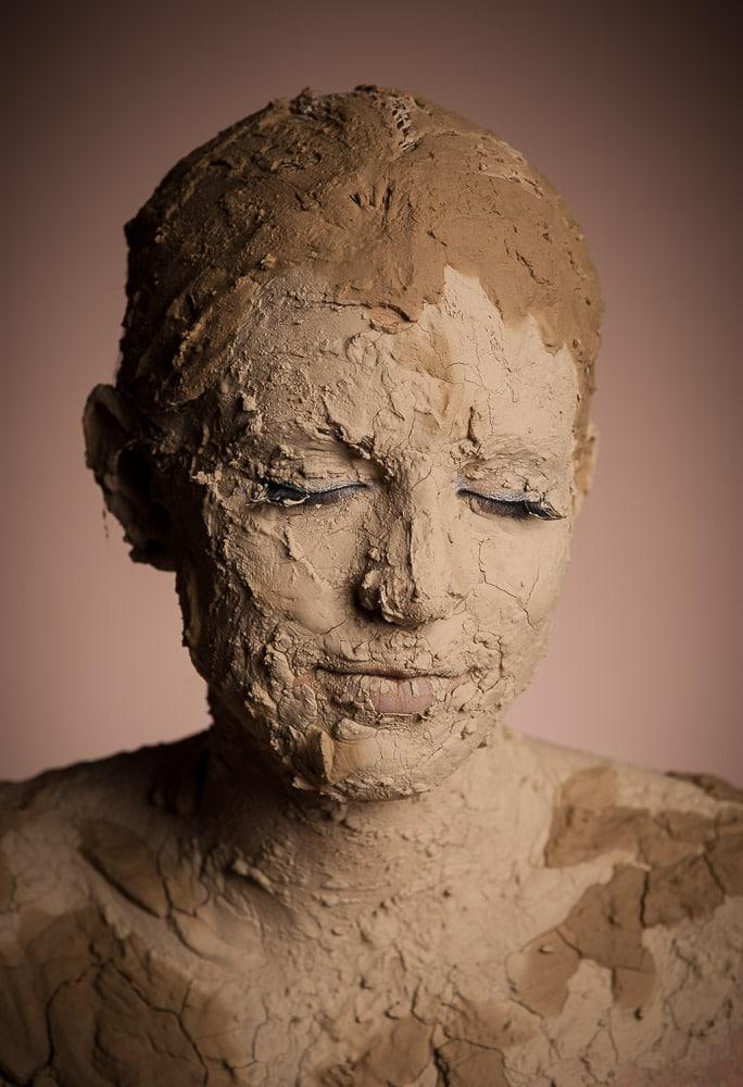 Frau mit Lehm im Fotostudio
