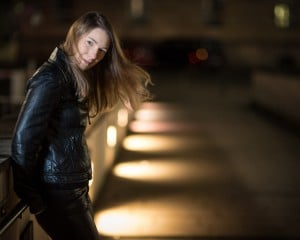Portrait einer Frau in Wuppertal bei Nacht