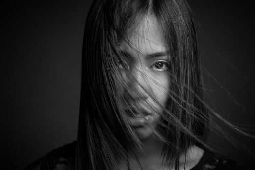S/W portrait einer Frau im Fotostudio