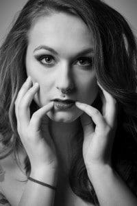 S/W-Beauty-Portrait einer Frau im Fotostudio
