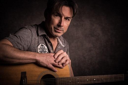 Portrait von Mann mit Gitarre im Studio