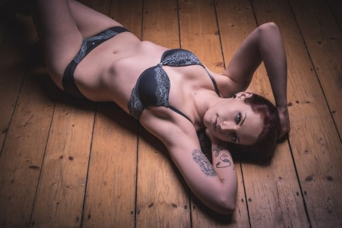Frau in Dessous auf Holzboden