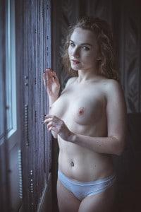Teilakt am Fenster