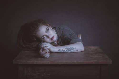 Portrait von Frau am Tisch