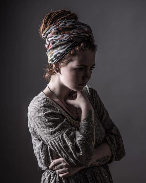 Portraitfotografie einer Frau im Fotostudio