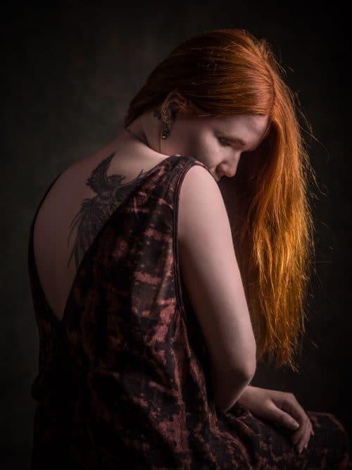Portrait einer Frau mit roten Haaren im Fotostudio