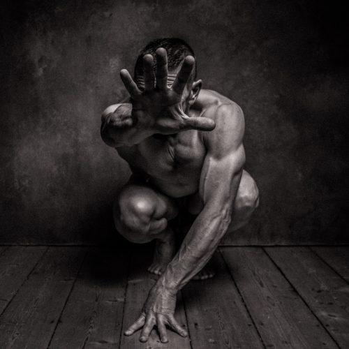 Aktfotografie Mann Studio schwarz weiß