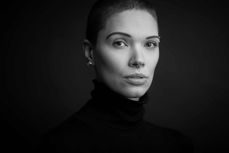 Portrait-Foto einer Frau mit kurzen Haaren in schwarz-weiß im Fotostudio