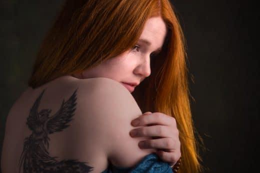 Portrait einer frau mit roten Haaren im Studio