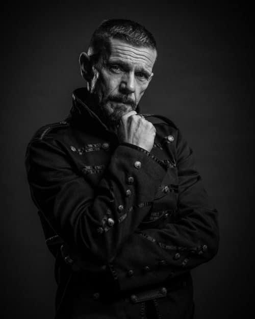 Portrait Mann Studio schwarz weiß im Fotostudio
