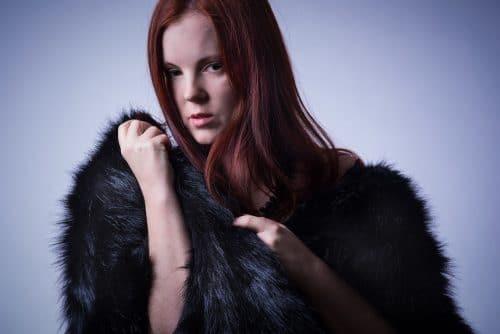 Portrait einer rothaarigen Frau im Pelzmantel