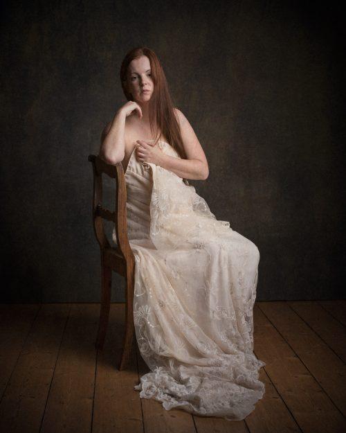 Rothaarige Frau im Brautkleid