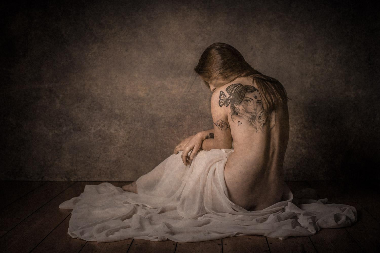 Aktfotografie einer Frau mit Tüchern