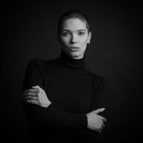 Portrait Frau Schwarzweiß im Fotostudio