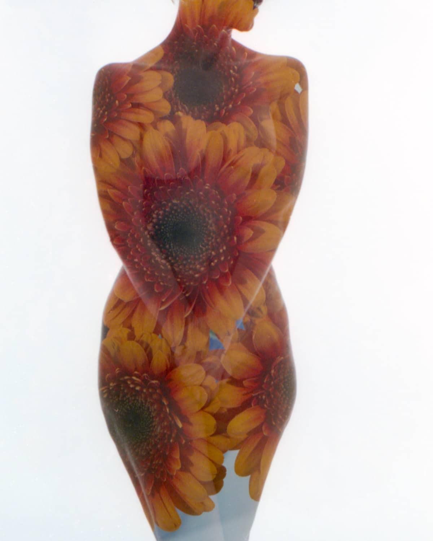 Analoge Doppelbelichtung mit nackter Frau und Blumen
