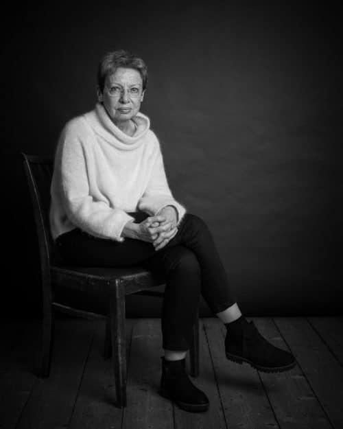 Schwarz-weiss Portraitfoto von einer älteren Dame im Fotostudio