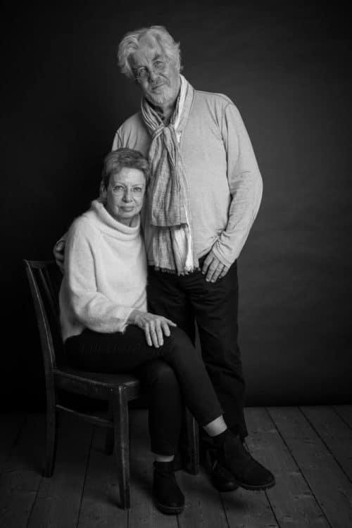 Schwarz-weiss Portraitfoto von älteren Menschen im Fotostudio