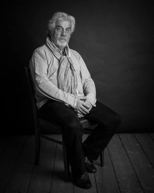 Schwarz-weiss Portraitfoto von einem älteren Herrn im Fotostudio