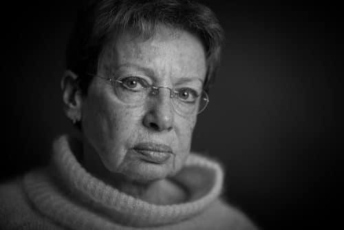 Portraitfoto von einer älteren Dame im Fotostudio