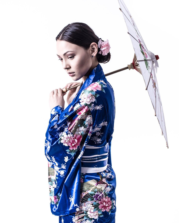 Beauty-Foto mit Blauem Yukata und Schirm im Fotostudio