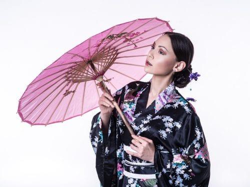 Fashion-Foto mit Yukata und schirm im Fotostudio