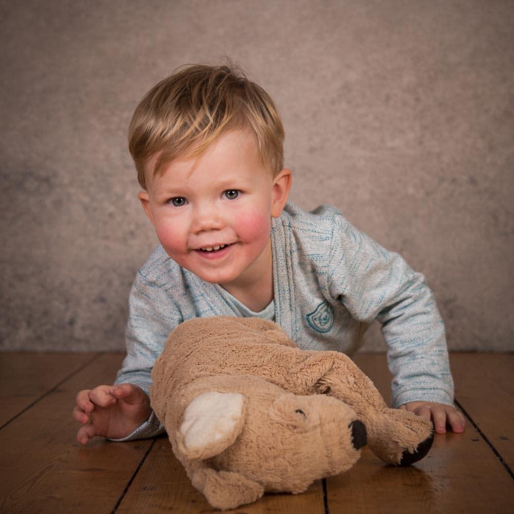 Foto von zweijährigem Jungen im Fotostudio