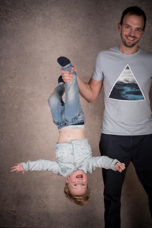 Originelles Familienfoto von Mann mit Sohn