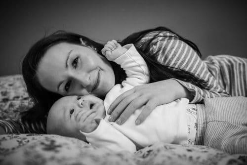 schwarz-weiß-Portrait eines Babys mit Mutter
