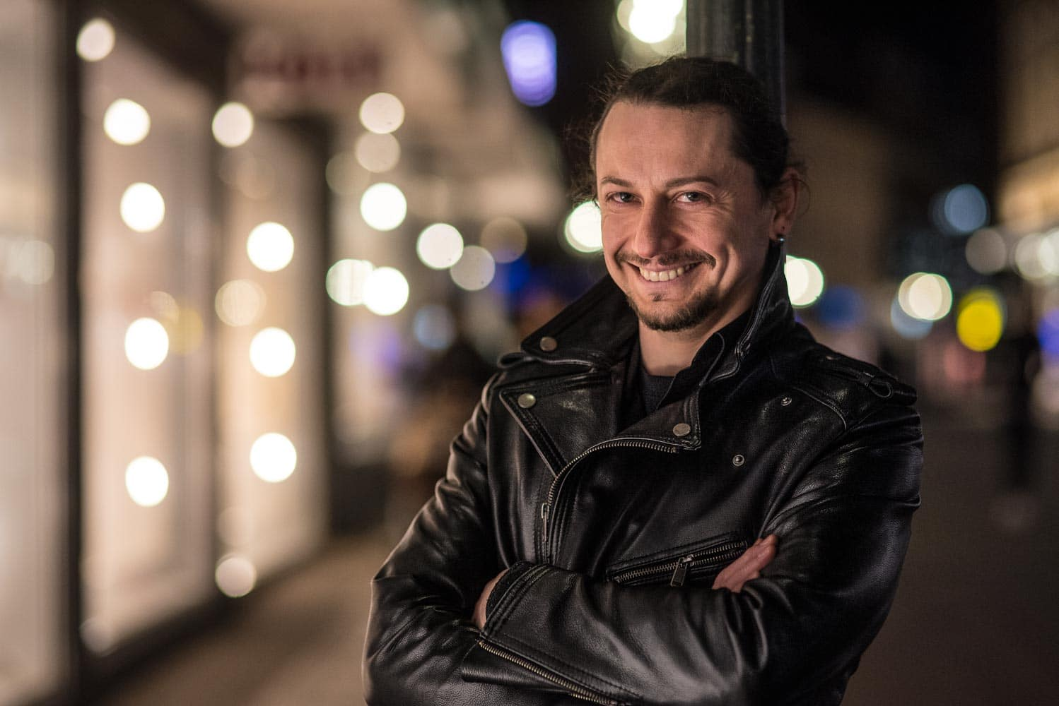 Portrait bei available Light in der Stadt bei Nacht