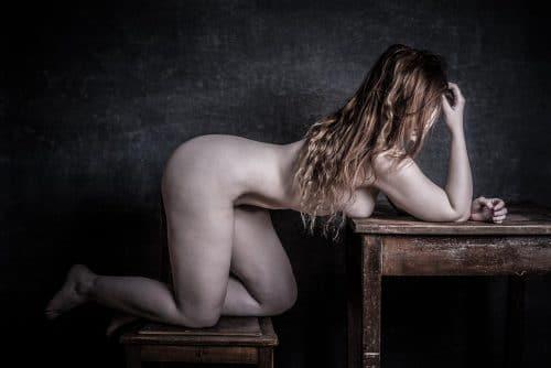 Frau nackt auf Tisch und Stuhl