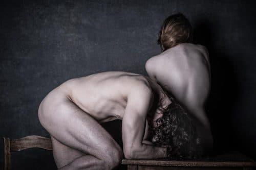 Mann und Frau nackt auf Tisch