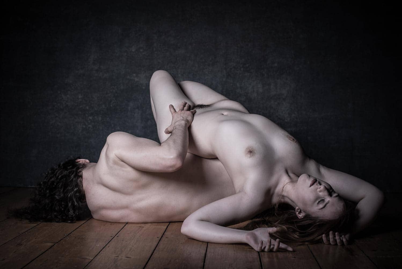 Mann und Frau liegen nackt auf dem Boden