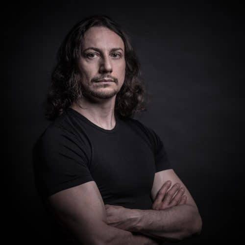 Portrait von Mann vor schwarzem Hintergrund