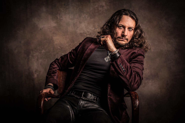 Portrait eines Mannes auf Stuhl im Fotostudio