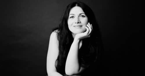 Portrait im Fotostudio mit analogem Mittelformat in schwarzweiss