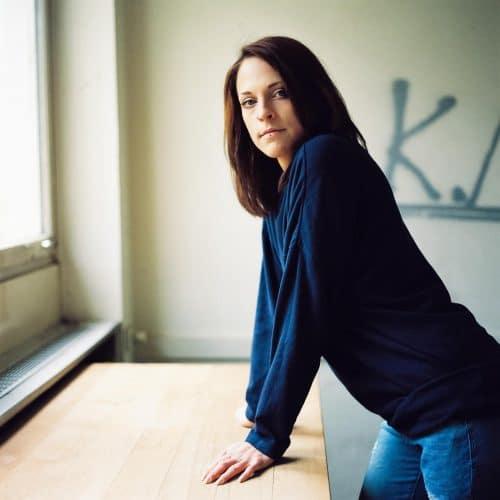 Analoges Portrait einer Frau in einer verlassenen Villa