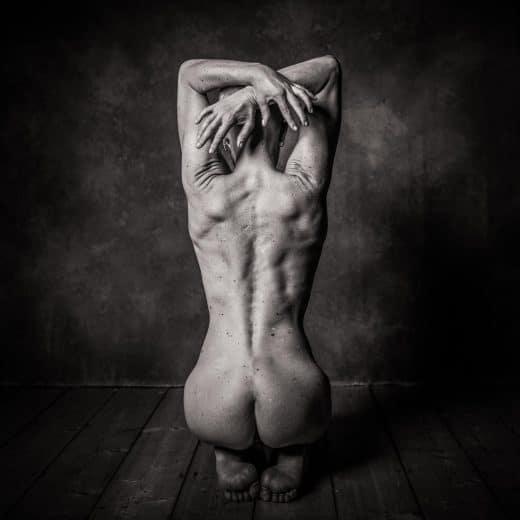 Aktfotografie in schwarzweiss von androgyner Frau