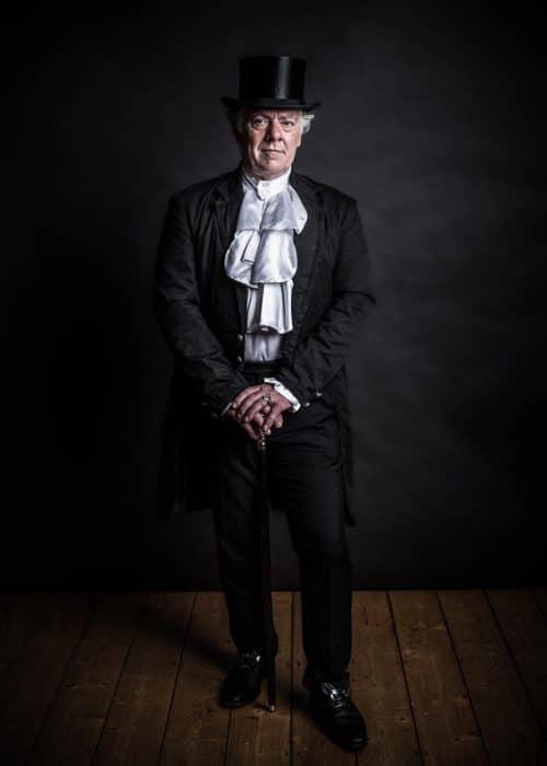 Mann in Kleidung der Viktorianischen Zeit