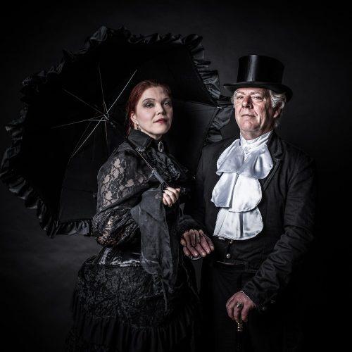 Paar in Kleidung der Viktorianischen Zeit