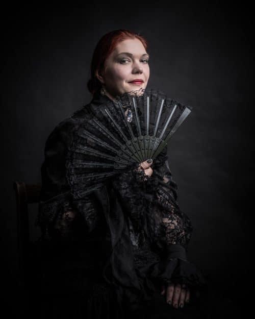 Frau in Kleidung der Viktorianischen Zeit