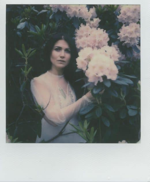 Frau vor Blühenden Busch in Polaroid aufgenommen