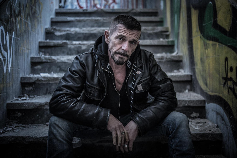 Portrait eines Mannes in einem Lost Place